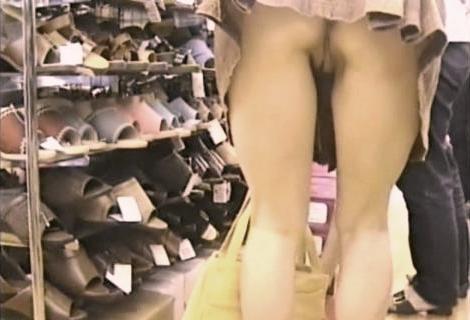 store-pantiless-upskirt